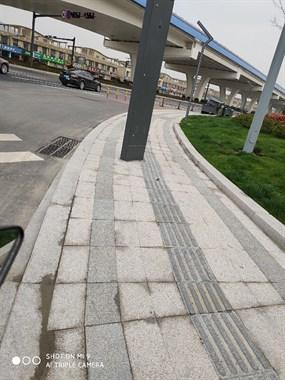 德清这条人行道的红绿灯竟设在盲道上!要变陷阱吗?
