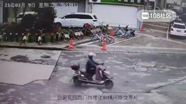危险!定海一出租车和电瓶车相撞,一人被当场撞飞