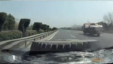 绍兴高速上演惊魂一幕:货车轮胎跑着跑着就没了!