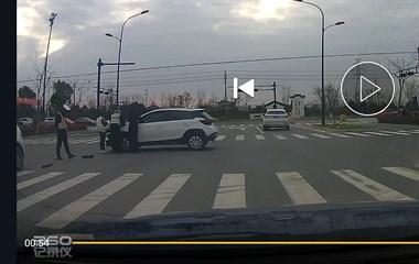 交警到场!袁花这路口2车相撞 保险杠都掉了!