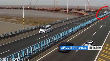 舟山一面包车在高速上翻车,四脚朝天!司机竟有33年驾龄