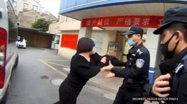 """德清這姑娘""""火""""了!當眾打公交司機,警察來了還上演全武行"""