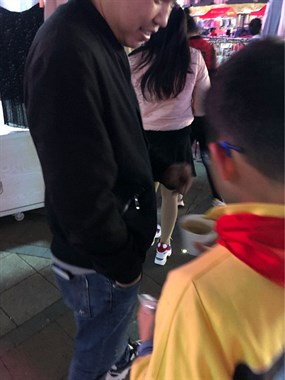 太有爱了!海宁一群小学生在街头分发棒棒糖,竟是为了…