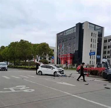 沧平路两车猛撞!一车撞树骑上绿化带 !一地碎片!