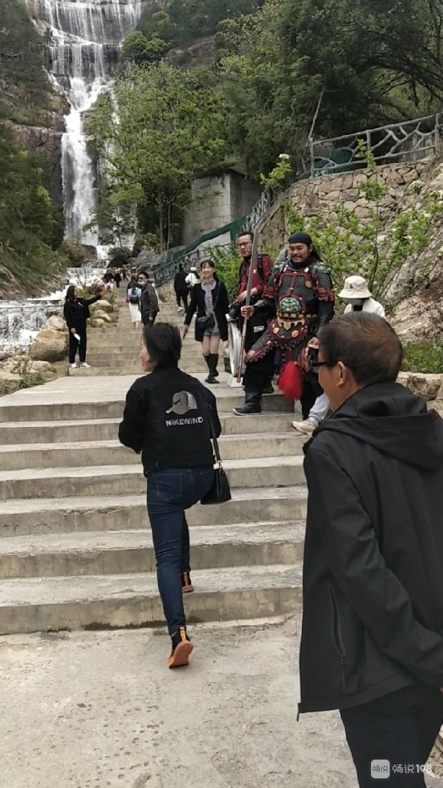 天台山大瀑布今天好热闹!有人穿古装佩剑 还有摄影师…