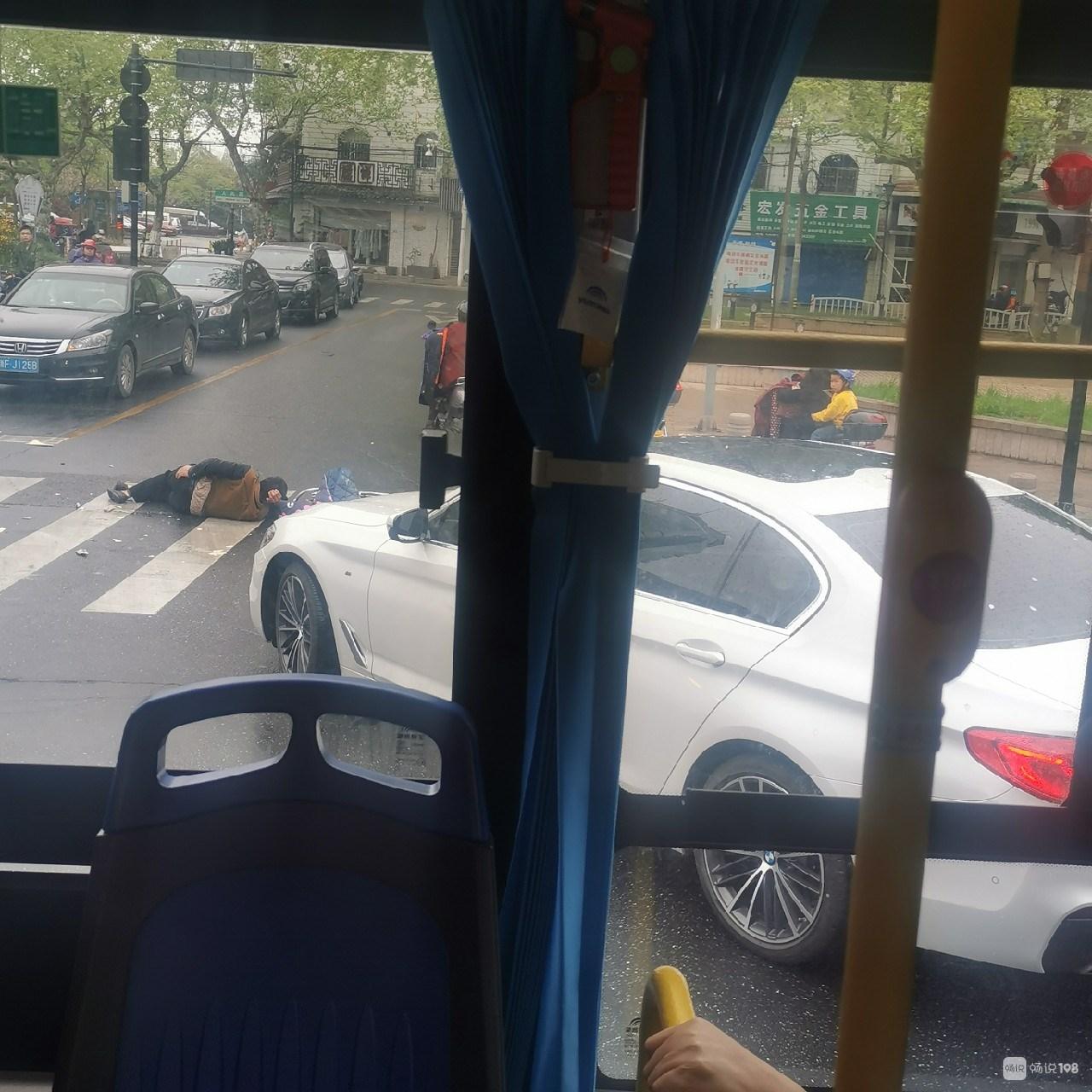 大清早南关厢附近出事!小车右转弯撞电瓶车,一人倒地!