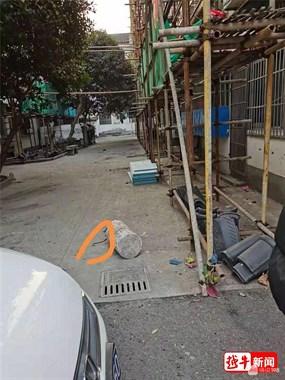 绍兴一小区施工致80岁老人摔倒骨折,街道回应