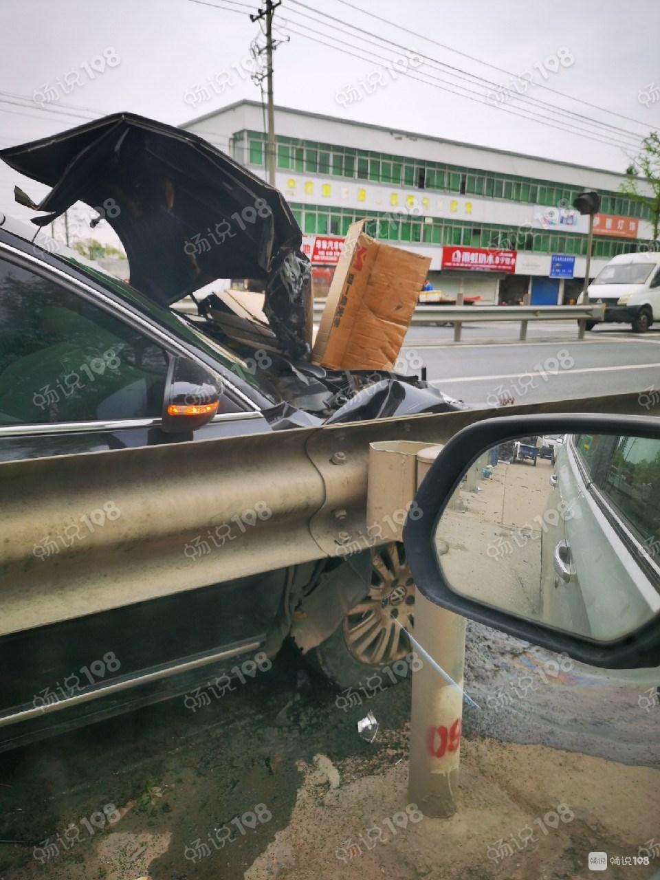 104国道突发车祸!一小货车被当场撞翻,现场一片狼藉