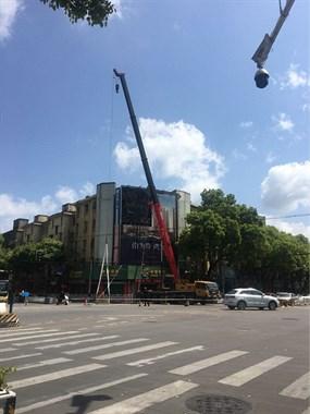 吊机出动!长埭路一大型广告牌拆除,已经存在20多年了!