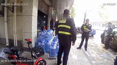 为这事,德清一店老板当众打骂执法人员!警察都出动