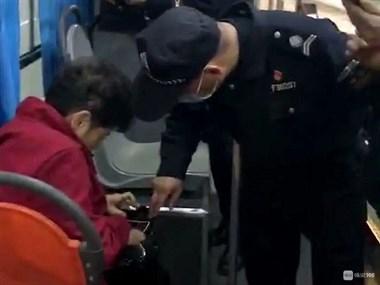 上虞一女子坐公交没戴口罩没有健康码,警察赶到后发现…