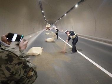 三界这隧道交警拿着扫把扫地,一片狼藉,全部都是…
