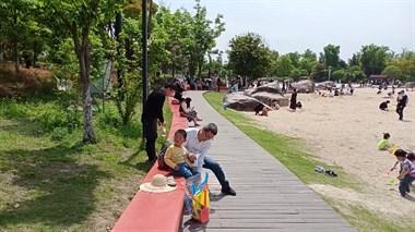 鹃湖热闹喧天!乌泱泱一片全是人,好多小孩尽情玩耍