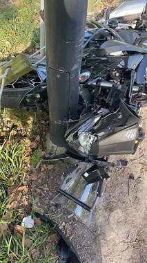海宁百里钱塘摩托车手撞杆,人倒地不起!车子稀巴烂!