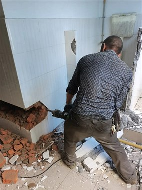 敲墙铲白灰,拆吊顶,拆店面一条龙服务