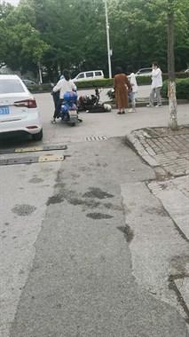 刚刚!海陆新都会路口,一老人骑车被撞昏迷