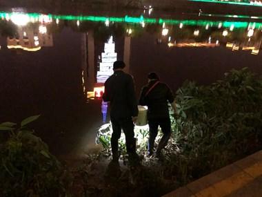 什么情况?黑夜中,诸暨一男子走到浦阳江中央...