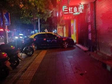 南平这出租车司机太没素质,整辆车横在人行道上