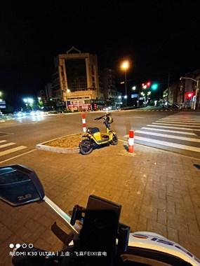有这么还共享单车的吗?停在斑马线等候区