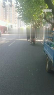 这是出啥事了?长兴街道上两男女吵了起来…(视频)