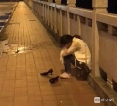 女子落寞地坐在大桥上,我过去安慰,正好被她老公遇见…