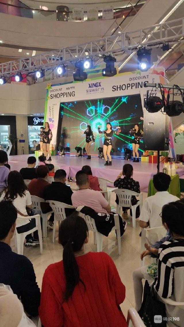 社友实拍!商场里一群美女热歌劲舞,穿的很清凉(视频)