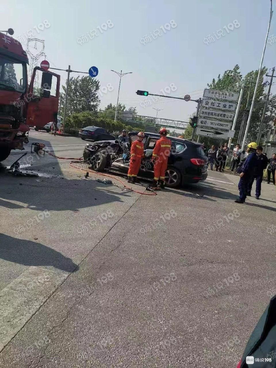 长和路出事了!一小车半个车身都撞没了,现场有警察维护