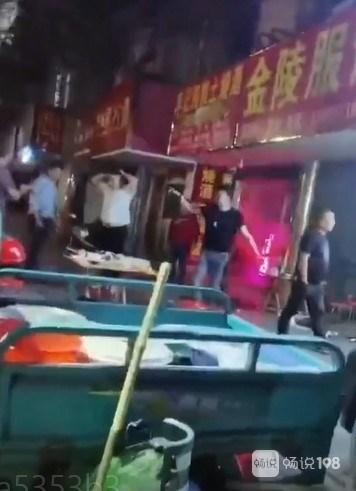 长兴某面店门口一伙人打起来了,拳打脚踢现场好激烈!