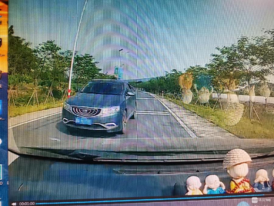 已报警处理!这辆吉利车撞了我就跑,希望你主动点