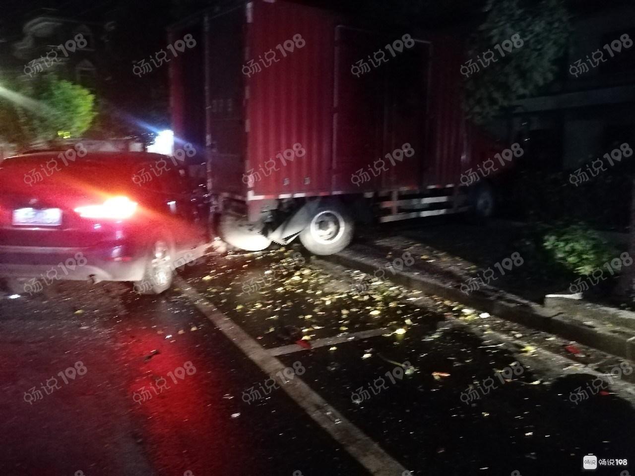 德清多地发生车祸!安全气囊炸开,骑车老太被撞倒…
