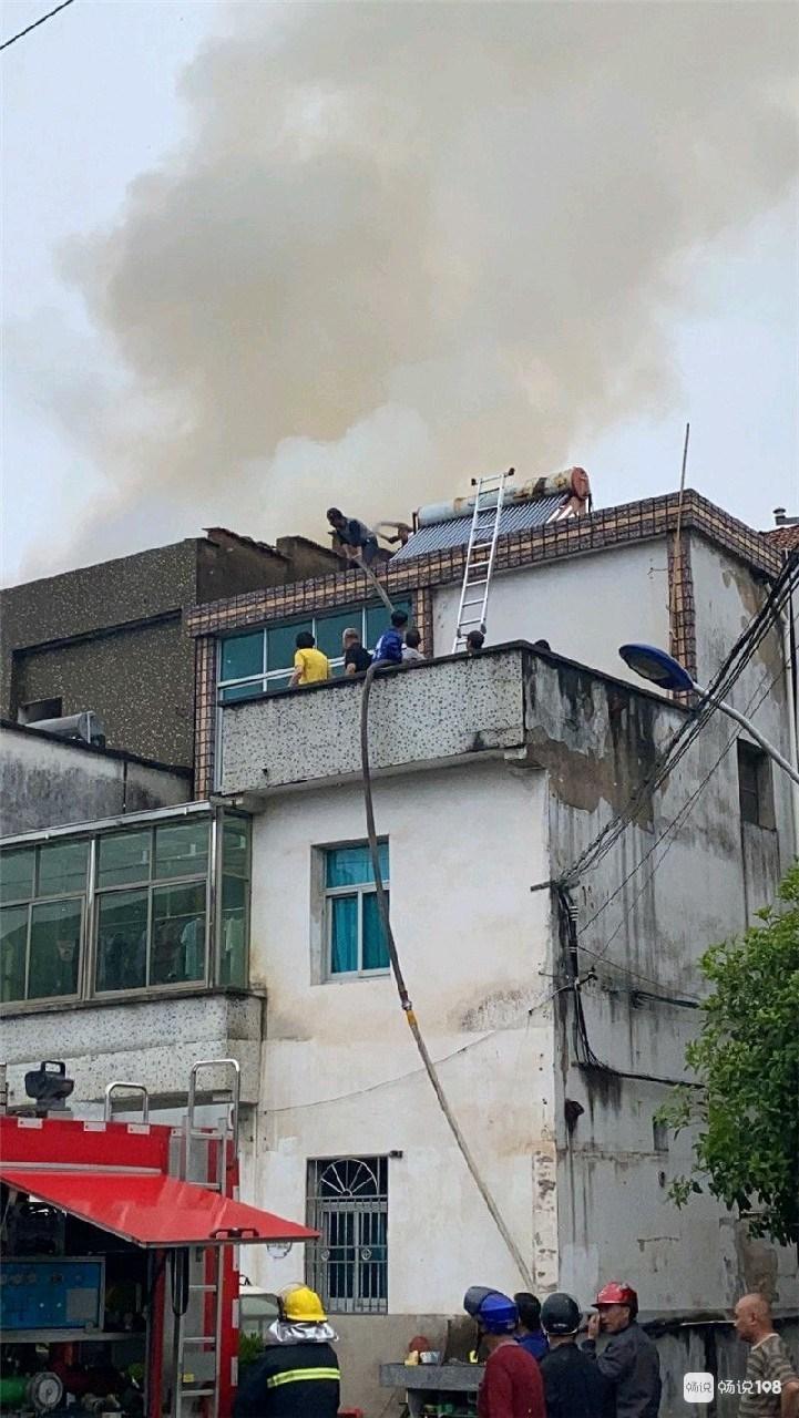 事发突然!绍兴一民房起火,屋顶一片火光!
