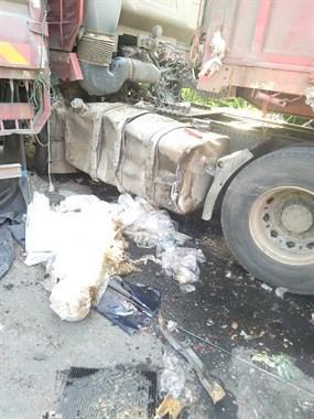 路遇2辆大货车相撞!货箱都裂了,半个车头损毁