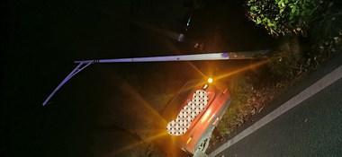 乾元一轿车深夜撞断路灯后,直接翻入沟中!