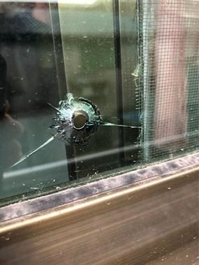 阳台玻璃上突然出现圆形孔洞,这是怎么回事?
