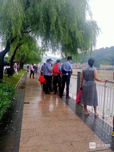 水南桥头有人坠河,警方紧急救援中!桥上围满人