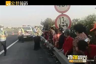 急需救援!45位老人,被困在绍兴高速上