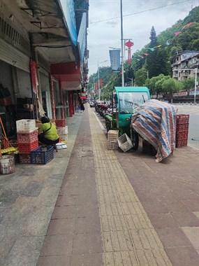 延平还有这种商家?公交站都被他占据,社友呼叫城管该管管了