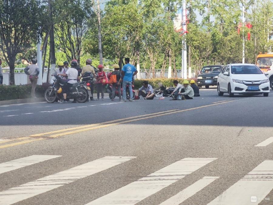 啥情况?闽江桥下摩托车倒地!好几个人坐在地上!