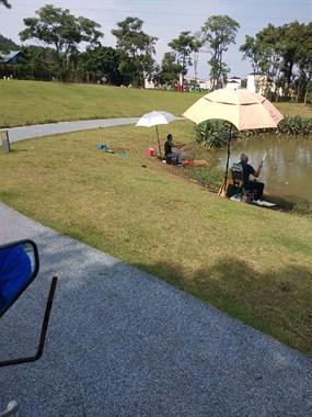 社友实拍!景观湖也有好多人在钓鱼 湖边都是垃圾!