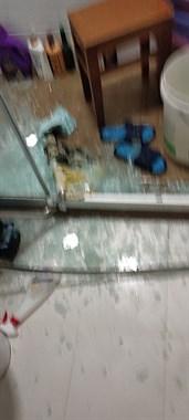 家里淋浴房玻璃门破裂,我头和手被划破,流了好多血!