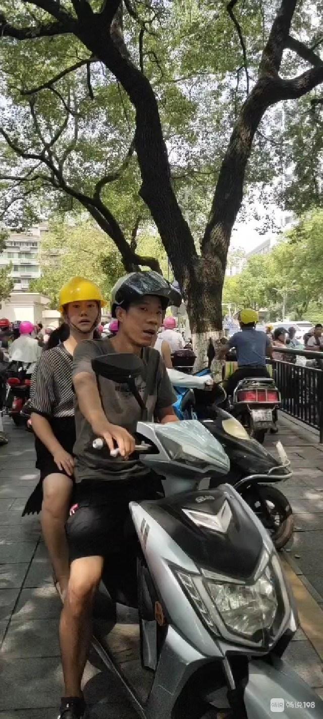 珠山大桥堵得水泄不通!交警在抓没戴头盔的 大人小孩都要戴