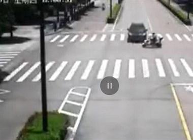 危险足类!普陀路口发生车祸!一人骑车被当场撞飞