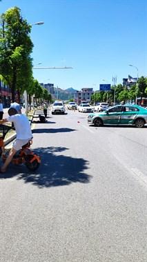 方家山菜市场门口出租车掉头和摩托车相撞,摩托车被撞上人行