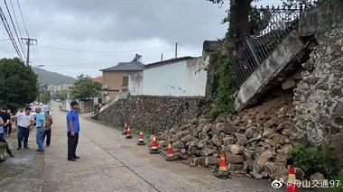 危险足类!盐仓街道一路边墙体坍塌,工作人员及时抢救
