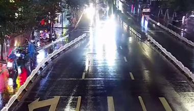 海宁又双叒叕下大暴雨了,司机居然把车开到了这里...