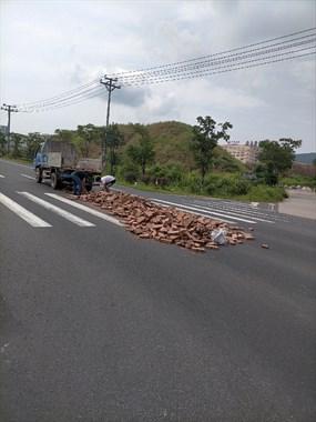 倒霉!拉了一车砖头半路居然散架了,2个人在斑马线上搬砖