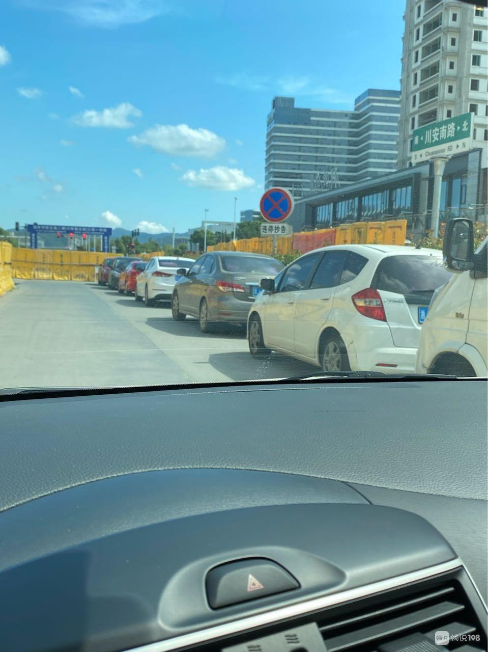 新人民医院斜对面修路已经够堵了,还有人这么乱停车…