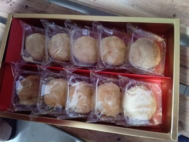 公司中秋大礼包来了!一提月饼、一箱牛奶,还有两箱水果
