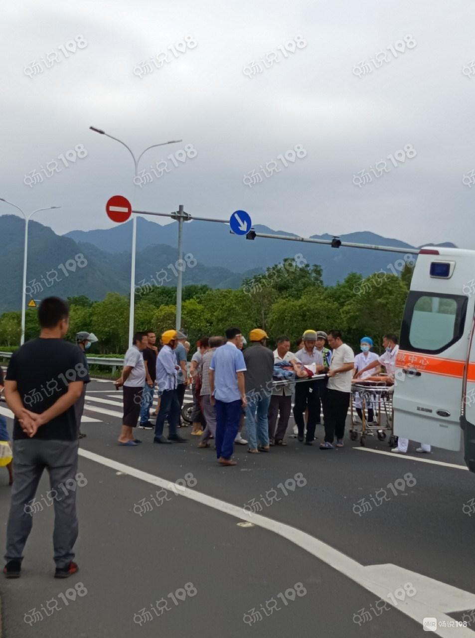 平桥大清早突发事故!一女子被抬上救护车!现场围满人…