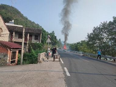 农用车自燃,怕爆炸车辆都不敢贸然同行。